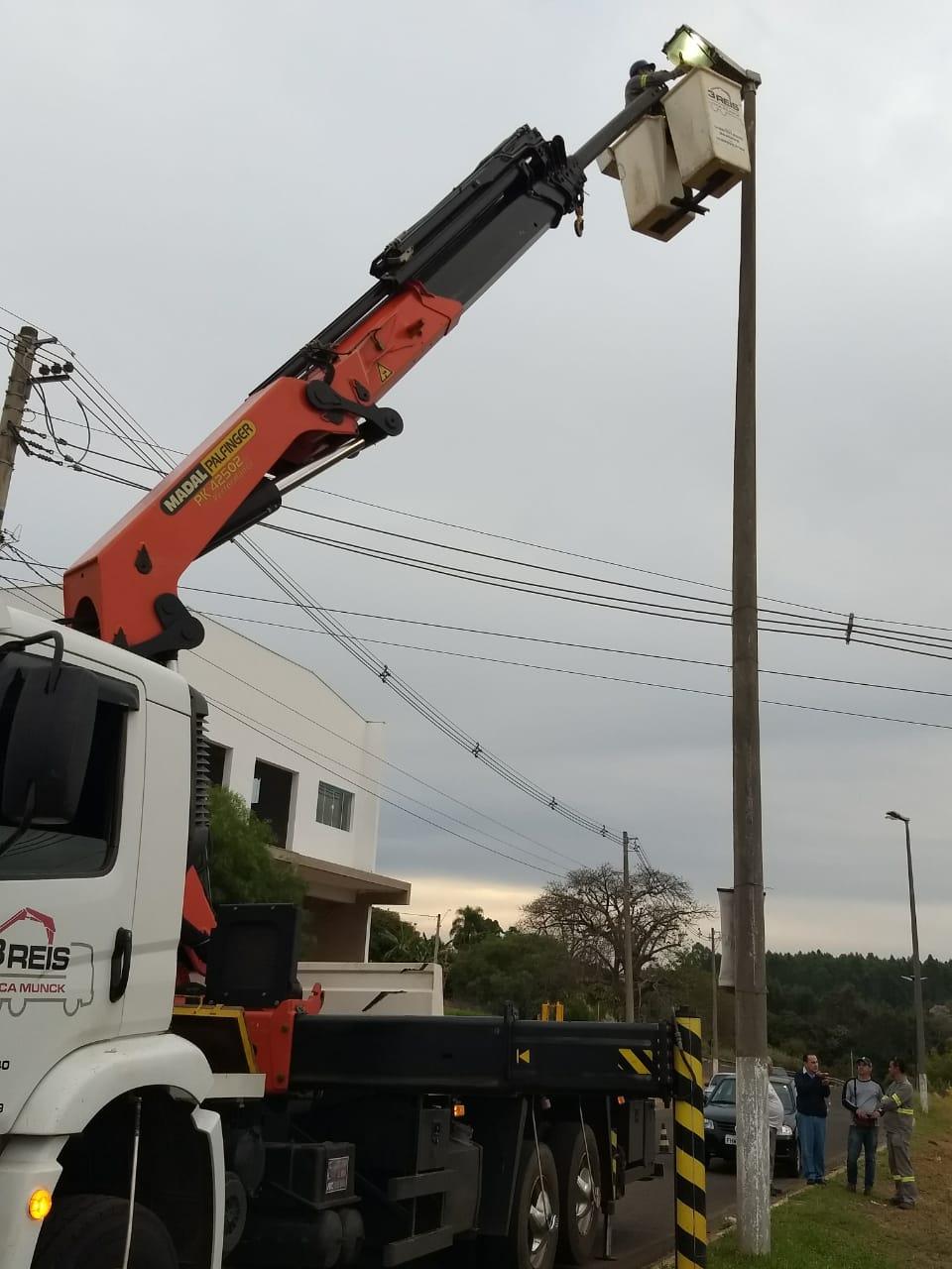Diretoria de Gestão 'se movimenta' e troca 150 lâmpadas nas avenidas