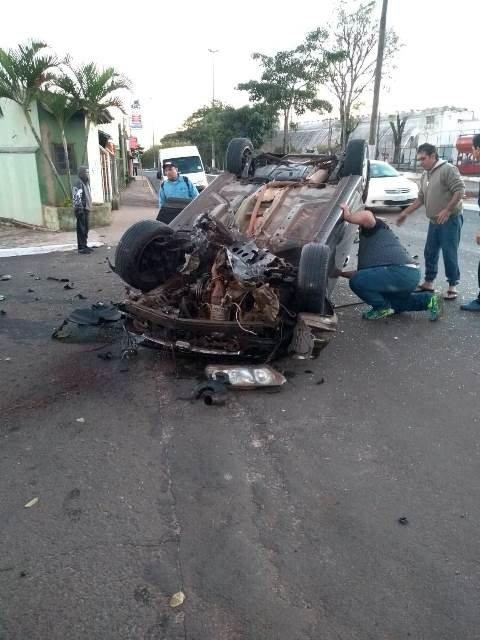 Carro capota na av. José Horácio Mellão