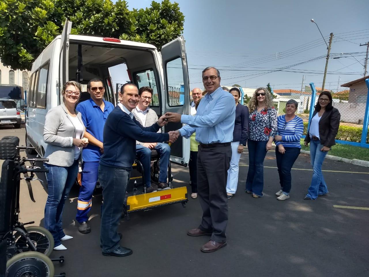 APAE cede veículo adaptado para Prefeitura