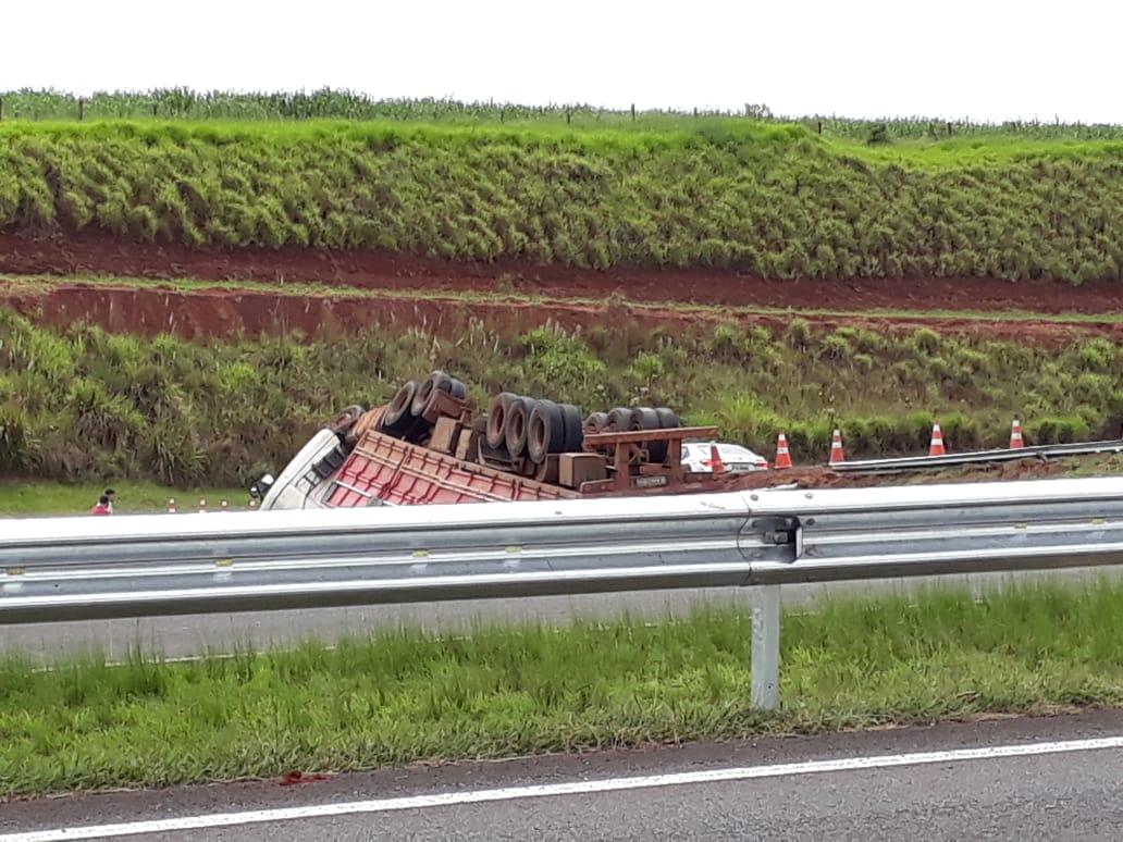 Caminhão tomba em desvio da Rondon