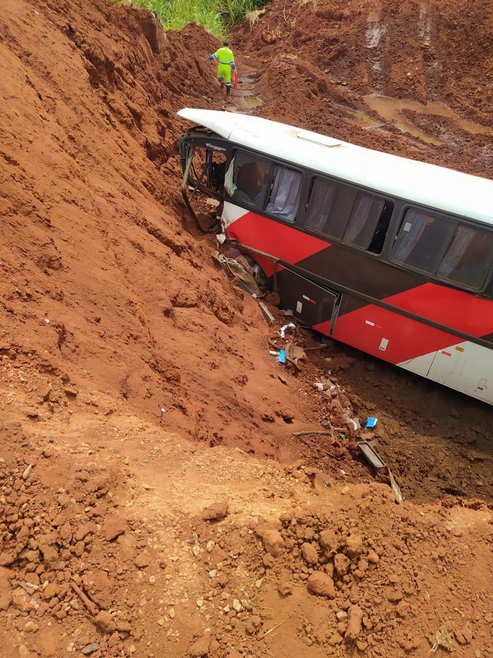 Ônibus perde freio e cai em cratera da Rondon