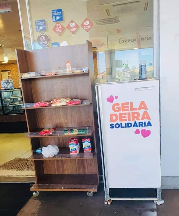 Posto Eldorado oferece geladeira e prateleira solidária