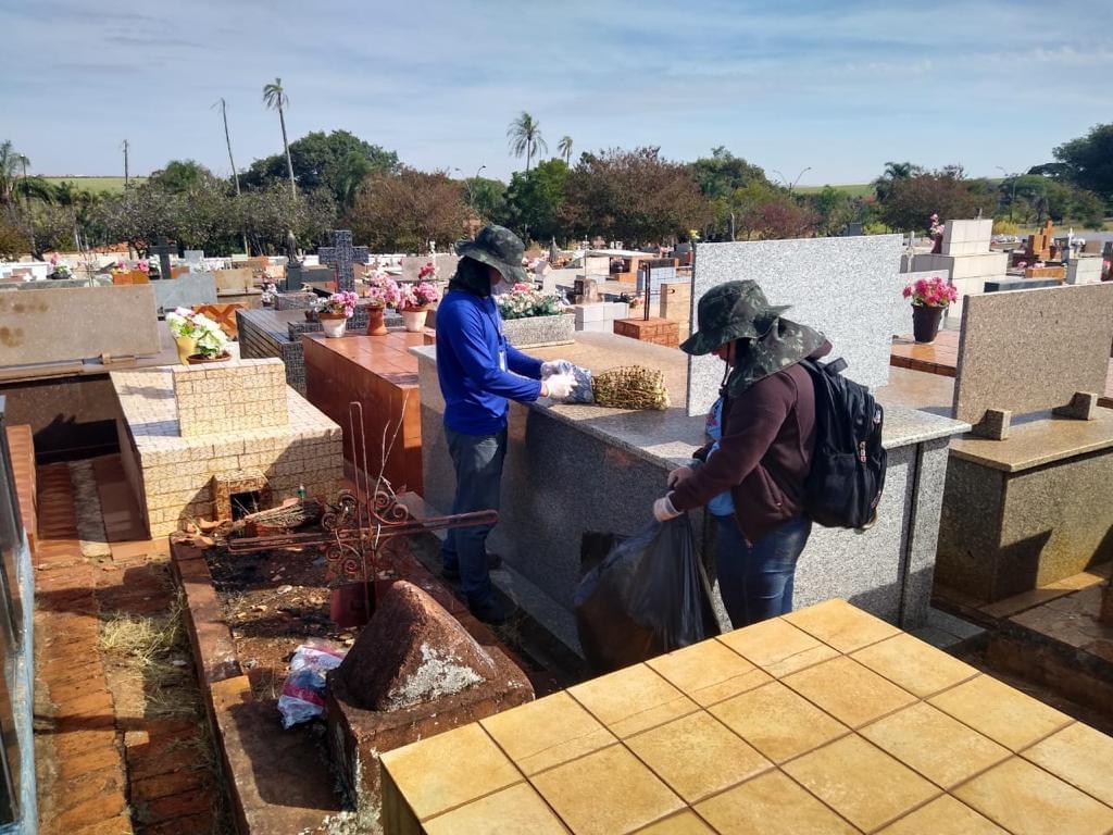 Aumentam os casos de dengue na cidade e prefeitura faz limpeza no cemitério para retirar embalagens plásticas dos vasos