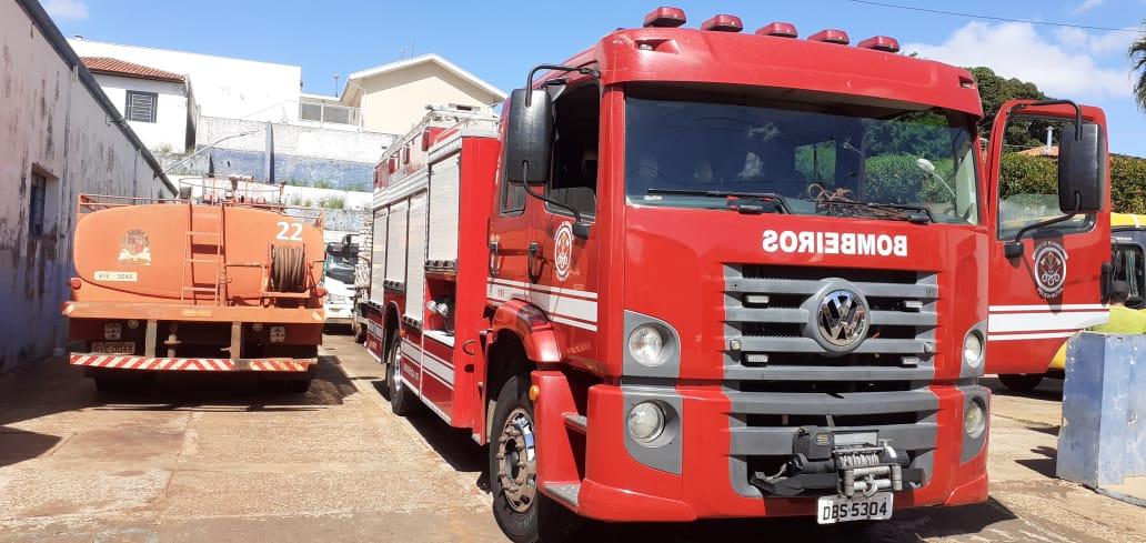 Carro pega fogo no Distrito de Aparecida