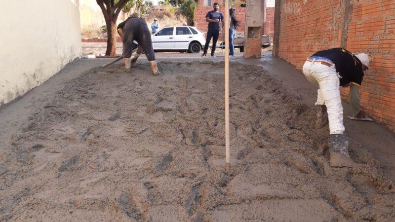 Sai a terra e chega o concreto: Vielas do Ouro verde começam a ser urbanizadas